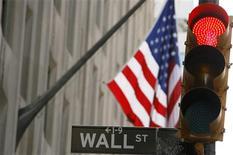 Wall Street a ouvert en baisse de plus 1% jeudi, poursuivant son repli entamé la veille après que Ben Bernanke, président de la Réserve fédérale, a précisé un possible calendrier de retrait du programme de soutien à l'économie mis en place par la Fed en septembre 2012. Quelques minutes après le début des échanges, l'indice Dow Jones perdait 1,15%, le Standard & Poor's 500 reculait de 1,22% et le Nasdaq Composite cédait 1,22%. /Photo d'archives/REUTERS/Lucas Jackson