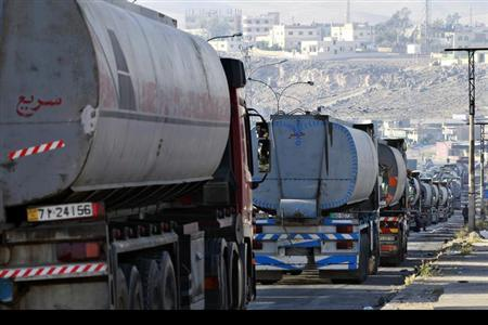 Tanker trucks form a queue as they wait to unload crude oil at Jordan Petroleum Refinery in the city of Zarqa, 25 km (15 miles) northeast of Amman April 2, 2013. REUTERS/Muhammad Hamed/Files