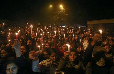 Demonstrators hold candles during a candlelight vigil for a gang rape victim who was assaulted in New Delhi December 29, 2012. REUTERS/Danish Siddiqui