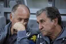 Coordenador da seleção brasileira, Carlos Alberto Parreira, conversa com treinador da seleção, Luiz Felipe Scolari em foto de arquivob de abril de 2013. REUTERS/Washington Alves