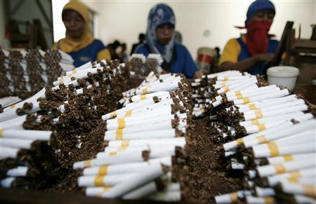 Workers roll cigarettes in a factory in Sidoarjo, East Java province February 2, 2009. REUTERS/Sigit Pamungkas