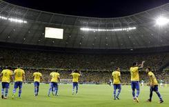 O jogador Jô (2º d/e) celebra com Neymar (d) após marcar gol contra o México em jogo da Copa das Confederações, no Estádio Castelão, em Fortaleza, na quarta-feira. 19/06/2013 REUTERS/Jorge Silva