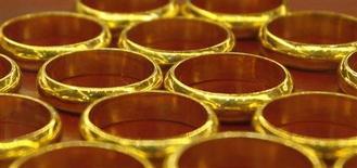 Золотые кольца в магазине в Ханое 5 июня 2013 года. Цены на золото растут с трехлетнего минимума благодаря покупкам в Китае и падению азиатских акций, но неделя станет худшей для рынка почти за два года. REUTERS/Kham