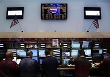 Трейдеры на Нью-Йоркской фондовой бирже 20 июня 2013 года. Американские рынки акций открылись ростом в пятницу после двухдневного падения, в ходе которого индекс S&P 500 снизился до минимума семи недель. REUTERS/Brendan McDermid