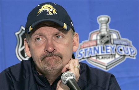 Buffalo Sabres head coach Lindy Ruff talks to the media during a news conference in Buffalo, New York May 11, 2007. REUTERS/Brendan McDermid/FILE