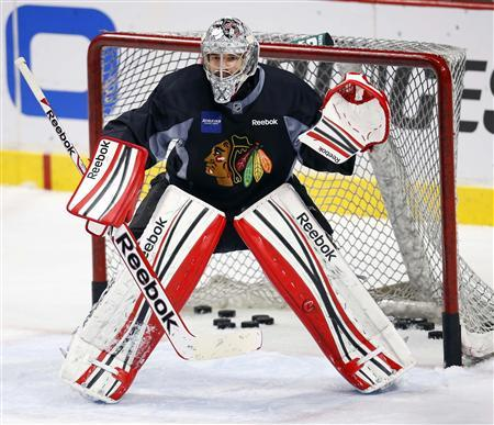 Chicago Blackhawks goalie Corey Crawford works on glove saves during team practice in Chicago, Illinois, June 21, 2013. REUTERS/Jeff Haynes