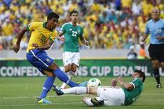 O volante Paulinho disputa lance em jogo do Brasil contra o México na quarta-feira, em Fortaleza. O jogador se machucou nesta partida e será desfalque diante da Itália, no sábado. REUTERS/Kai Pfaffenbach