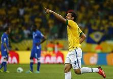 Atacante Fred celebra após marcar gol contra Itália em jogo pela Copa da Conferederações em Salvador. 22 de junho de 2013. REUTERS/Kai Pfaffenbach