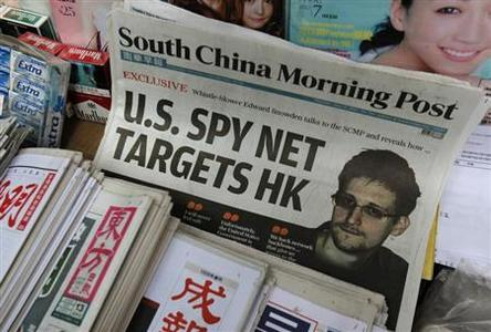 A copy of the South China Morning Post newspaper, carrying the latest interview of Edward Snowden, is displayed on a newspaper stand along with local Chinese newspapers in Hong Kong June 13, 2013. REUTERS-Bobby Yip