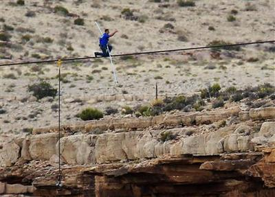 Daredevil Nik Wallenda completes high-wire walk across...