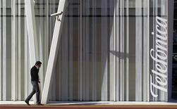 L'opérateur espagnol lourdement endetté Telefonica a conclu un accord pour la vente de sa filiale irlandaise O2 à une filiale d'Hutchison Whampoa pour 780 millions d'euros. /Photo d'archives/ REUTERS/Albert Gea