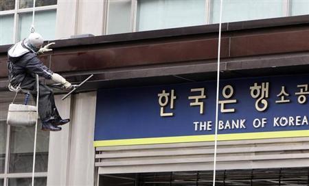 6月24日、日本の財務省と韓国銀行(中銀)は、30億ドル規模の通貨スワップ協定を延長しないことで合意したと発表。写真はソウルの韓国銀行で2009年3月撮影(2013年 ロイター/Lee Jae-Won)