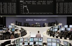 Les Bourses européennes sont reparties en net recul lundi à mi-séance. Après une brève stabilisation en cours de matinée, le CAC 40 parisien perdait 1,86% à 3.590,12 points vers 11h00 GMT. À Francfort, le Dax cédait 1,2% et à Londres, le FTSE reculait de 1,1%. /Photo prise le 24 juin 2013/REUTERS
