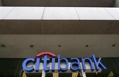 Citigroup, à suivre lundi sur les marchés américains. Le groupe a reçu le feu vert de la banque centrale irakienne pour l'ouverture d'un bureau de représentation dans le pays. C'est la première banque américaine à y revenir après l'invasion de l'Irak de 2003 menée par les Etats-Unis. /Photo d'archives/REUTERS/Larry Downing