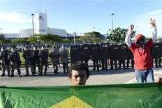 Unos manifestantes bloqueando el acceso al aeropuerto de Pinto Martins en Fortaleza, Brasil, jun 23 2013. Una protesta bloqueó el lunes una de las carreteras de acceso al puerto brasileño de Santos, el principal punto de exportación de materias primas del gigante sudamericano, dijo el operador de autopistas Ecorodovias. REUTERS/Davi Pinheiro