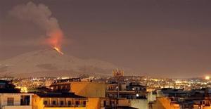 """Monte Etna cospe lava na ilha da Sicília, sul da Itália. O vulcão do Monte Etna e as Villas Médici da Itália estão entre os 19 locais acrescentados na lista de Patrimônios Mundiais da Unesco, que reúne locais de """"considerável valor universal"""". 9/02/2012. REUTERS/Antonio Parrinello"""