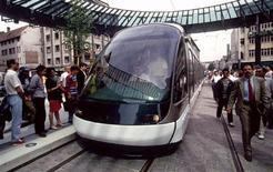 La Communauté urbaine de Strasbourg lance à partir de mardi une application mobile permettant d'acheter et de valider un titre de transport urbain à l'aide d'un téléphone portable. /Photo d'archives/REUTERS