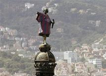 Barcelona's statue of Cristobal Colon, also known as Christopher Colombus, is seen decked out with the 2013-2014 Barcelona team soccer jersey in Barcelona May 22, 2013. REUTERS/Albert Gea