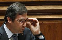 Le Portugal pourrait demander à ses créanciers un nouvel assouplissement de ses objectifs de réduction des déficits si sa situation économique se dégrade, selon son Premier ministre, Pedro Passos Coelho. /Photo prise le 10 mai 2013/REUTERS/Hugo Correia