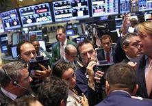 """Traders new-yorkais. Un portefeuille de 70 milliards de dollars (53 milliards d'euros) géré par le spécialiste des """"hedge funds"""" Bridgewater Associates et dans lequel ont investi de nombreux fonds de pension est l'un des plus importants perdants de la baisse marquée des marchés mondiaux ces dernières semaines. Le Bridgewater All Weather Fund accuse un repli d'environ 6% depuis le début du mois et de 8% depuis le 1er janvier. /Photo prise le 24 juin 2013/REUTERS/Brendan McDermid"""