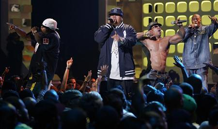 Fat Joe (C) performs with Grandmaster Flash and Furious Five during the VH1 Hip Hop Honors in New York City September 22, 2005. The show will air on September 26. REUTERS/Seth Wenig