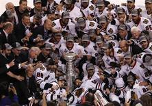 """Игроки и тренеры """"Чикаго"""" с Кубком Стэнли в Бостоне 24 июня 2013 года. """"Чикаго"""" во второй раз за четыре года выиграл Кубок Стэнли, обыграв в гостях """"Бостон"""" 3-2 и победив в финальной серии со счетом 4-2. REUTERS/Adam Hunger"""
