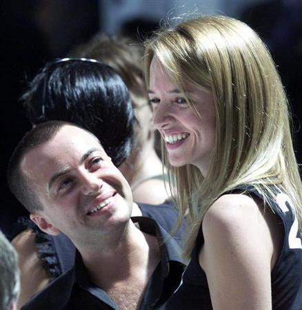 Top British designer Julien MacDonald (L) smiles as he looks up at Delphine Arnault (R) ahead of the men's ready-to-wear show by French fashion house Christian Dior in Paris, July 2, 2001.