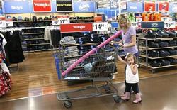 Mulher faz compras com a filha em um Walmart Supercenter em Rogers, Arkansas, 6 de junho de 2013. A confiança do consumidor dos Estados Unidos saltou em junho para o maior nível em mais de cinco anos, à medida que os norte-americanos ficaram mais otimistas com as condições empresariais e do mercado de trabalho, de acordo com relatório do setor privado divulgada nesta terça-feira. 06/06/2013 REUTERS/Rick Wilking