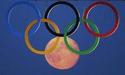 Lua cheia vista através dos anéis olímpicos pendurados embaixo da Tower Bridge durante as Olimpíadas de Londres 2012. Um relatório do Comitê Olímpico Internacional (COI) sobre as três cidades candidatas a receberem a Olimpíada de 2020 indicam que não há favoritismo na disputa entre Madri, Tóquio e Istambul. 3/09/2012. REUTERS/Luke MacGregor