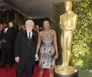 """Cineasta George Lucas e namorada Mellody Hobson chegam a evento de premiação da Academia de Cinema em Hollywood, em dezembro de 2012. Diretores famosos, fãs e até mesmo Darth Vader felicitaram o criador de """"Star Wars"""", George Lucas, nesta terça-feira, por seu casamento com a namorada de longa data Mellody Hobson, em seu rancho Skywalker, na Califórnia. 01/12/2012 REUTERS/Fred Prouser"""