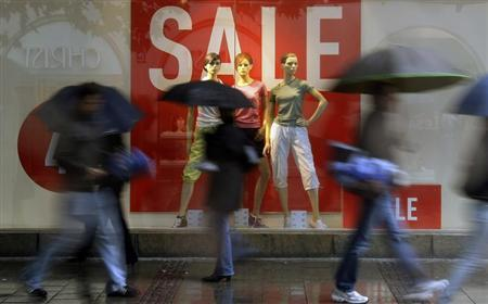 Pedestrians walk past a shop window with a sale sign, in Munich June 23, 2009. REUTERS/Michael Dalder