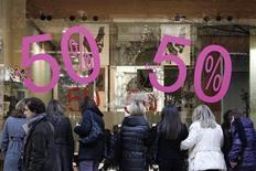 Люди у витрины магазина в первый день сезона скидок в Афинах 16 января 2012 года. Европейский инвестиционный банк (EIB) и Еврокомиссия работают над тем, как создать от 55 до 100 миллиардов евро новых кредитов, которые дадут возможность компаниям стимулировать рост в Южной Европе, говорится в объединенном докладе организаций. REUTERS/Yiorgos Karahalis