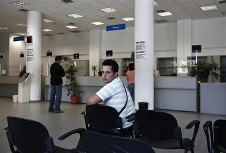 6月25日、EU域内では失業だけでなく、フルタイムの職を望みながらパートタイムで働く状態などを意味する不完全雇用が深刻な問題となっている国が多い。写真は会計学を勉強した求職中の男性。アテネの雇用センターで14日撮影(2013年 ロイター/Yorgos Karahalis)
