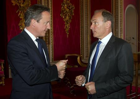 Britain's Prime Minister David Cameron (L) speaks with inventor Tim Berners-Lee at a reception to mark the inaugural Queen Elizabeth Prize for Engineering, at Buckingham Palace in London June 25, 2013. REUTERS/Lewis Whyld/pool