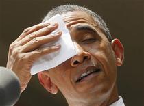 Presidente dos EUA, Barack Obama, limpa suor da testa durante discurso na Universidade de Georgetown, em Washington. O crescimento econômico dos Estados Unidos foi mais fraco do que estimado anteriormente no primeiro trimestre, em meio a um ritmo moderado de gastos do consumidor, fracos investimentos empresariais e queda das exportações. 25/06/2013 REUTERS/Larry Downing