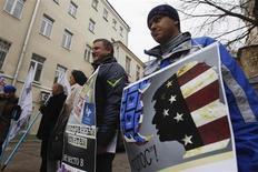 Активисты протестуют против связей организации Голос с иностранными государствами в Москве 5 апреля 2013 года. Российское министерство юстиции приостановило деятельность ассоциации Голос, боровшейся с фальсификациями на выборах, которые вывели на улицы десятки тысяч возмущенных граждан. REUTERS/Maxim Shemetov