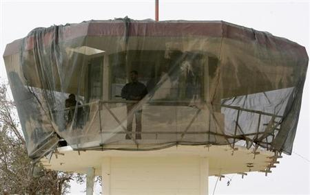 Prison guards stand in a watch tower at the newly named Baghdad Central Prison in Baghdad's Abu Ghraib February 21, 2009. REUTERS/Mohammed Ameen