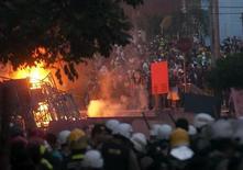 Tropas de choque da polícia entram em confronto com manifestantes perto do estádio do Mineirão, em Belo Horizonte, nesta quarta-feira. 26/06/2013 REUTERS/Hugo Cordeiro