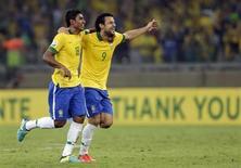 Paulinho (esquerda) e Fred comemoram gol contra o Uruguai em jogo pela Copa das Confederações, no estádio do Mineirão, em Belo Horizonte, nesta quarta-feira. 26/06/2013 REUTERS/Ricardo Moraes