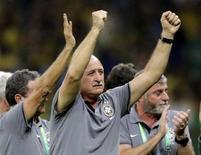 O técnico Luiz Felipe Scolari (centro) comemora após o Brasil vencer o Uruguai em jogo pela Copa das Confederações, no estádio do Mineirão, em Belo Horizonte, nesta quarta-feira. 26/06/2013 REUTERS/Ueslei Marcelino