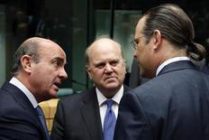 Глава Минфина Испании Луис де Гиндос, министр финансов Ирландии Майкл Нунан и их шведский коллега Андерс Борг (слева направо) на встрече в Брюсселе 26 июня 2013 года. Евросоюз решил заставить инвесторов и крупных вкладчиков разделить расходы на спасение лопнувших банков в будущем, еще ближе подойдя к тому, чтобы покончить с многолетней практикой перекладывания этих трат на налогоплательщиков. REUTERS/Francois Lenoir