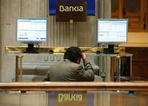 La banque espagnole Bankia a cédé jeudi à des investisseurs institutionnels sa participation de 12,1% dans International Airlines Group (IAG), la maison mère de British Airways et Iberia, pour un montant de 675 millions d'euros. /Photo prise le 28 mai 2013/REUTERS/Sergio Perez