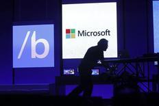 """Сотрудники обслуживающего персонала готовят зал перед выступлением главы Microsoft Стива Балмера в Сан-Франциско 26 июня 2013 года. Microsoft Corp выпустила в среду тестовую версию своей операционной системы Windows под индексом 8.1, вернув кнопку """"Старт"""" и добавив набор функций, которые, по мнению компании, понравятся пользователям. REUTERS/Robert Galbraith"""