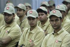 Рабочие в центре обучения Лукойла в Басре 25 декабря 2012 года. Крупнейший частный российский нефтедобытчик Лукойл обещает показать в 2013 году долгожданный рост добычи нефти и говорит, что не ждет крупных акционеров. REUTERS/Atef Hassan