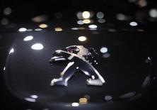 La famille Peugeot est prête à céder le contrôle de PSA Peugeot Citroën si elle parvient à convaincre General Motors de renforcer l'alliance entre les deux groupes et d'injecter de nouveaux fonds, selon plusieurs sources proches du dossier. /Photo d'archives/REUTERS/Christian Hartmann