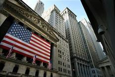 Wall Street a ouvert en hausse jeudi et est repassé au-dessus des 15.000 points, poursuivant son mouvement engagé au cours des deux précédentes séances, après la publication d'indicateurs encourageants sur l'emploi et la consommation. Quelques minutes après le début des échanges, le Dow Jones gagne 0,72%, le S&P-500 progresse de 0,64% et le Nasdaq prend 0,61%. /Photo d'archives/REUTERS/Mike Segar