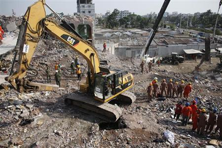 Rescue workers attempt to find survivors from the rubble of the collapsed Rana Plaza building in Savar, around 30 km (19 miles) outside Dhaka May 3, 2013. REUTERS/Andrew Biraj