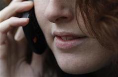 Relever son courrier électronique ou surfer sur internet depuis un téléphone mobile en déplacement dans l'Union européenne sera moins cher d'environ 30% à compter du 1er juillet. /Photo d'archives/REUTERS/Luke MacGregor