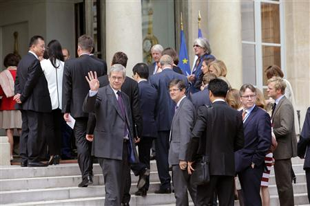 Philippe Varin (C), Chief Executive Officer of French carmaker PSA Peugeot Citroen, arrives with members of the China Entrepreneur Club and guests in the courtyard of the Elysee Palace to listen to a speech given by French President Francois Hollande in Paris June 25, 2013. REUTERS/Philippe Wojazer