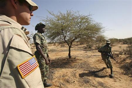 A U.S. soldier (L) watches a Malian soldiers while training in Gao, eastern Mali November 13, 2006. REUTERS/Luc Gnago